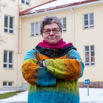 Anna Hurmalainen entisen Tuomelan koulun edessä.