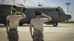 Soldater och flygplan på den amerikanska flygbasen på Guam.