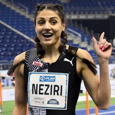 Nooralotta Neziri pekar uppåt.