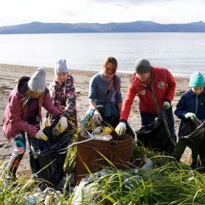 Vapaaehtoiset puhdistivat Avachan lahdella rantaa 17. lokakuuta.