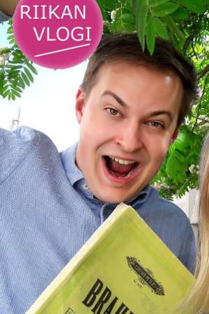 Kuoronjohtaja-kapellimestari Jonas Rannila ja toimittaja Riikka Holopainen.