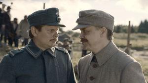 Suomen hauskin mies -elokuvan päärooleissa näyttelevät Jani Volanen ja Paavo Kinnunen.