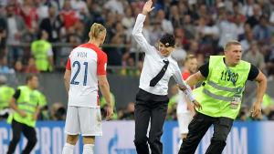 Pussy Riot stormar planen under VM-finalen