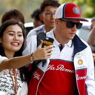 En kvinna tar en selfie med Kimi Räikkönen.