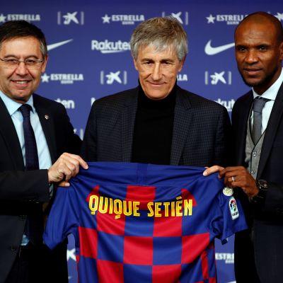 I januari presenterades tränaren Quique Setien (i mitten) av sportchefen Eric Abidal (till höger) och ordförande Josep Maria Bartomeu (till vänster). De två förstnämnda har redan fått tacka för sig.