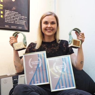 Shortdox-kilpailun voittaja Suvi Tuuli Kataja hymyileen palkintojensa kanssa