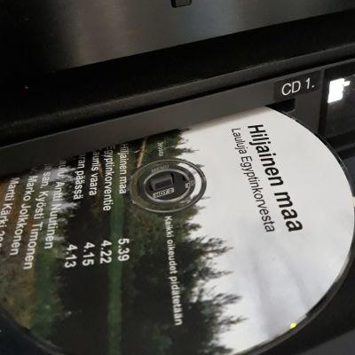 Kyösti Timonen sävelsi ja sanoitti kaikki Hiljainen maa -levyn laulut.