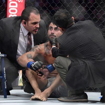 Makwan Amirkhani granskas av läkare efter förlusten.