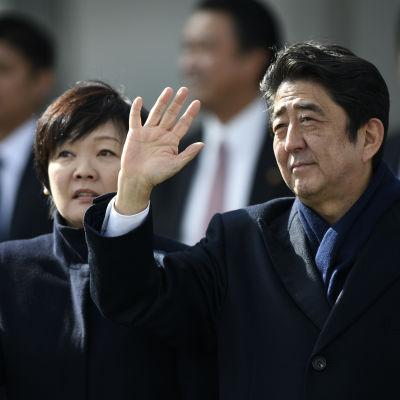Akie Abes besök ses som en försöksballong inför premiärminister Shinzo Abes eventuella besök i Pearl Harbor