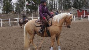 Lilli vanhatalo och hästten Bella.