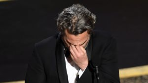 En rörd Joaquin Phoenix under Oscarsceremonin.