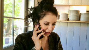 Sångerskan Laura Põldvere talar i telefon med sin farmor och farfar.