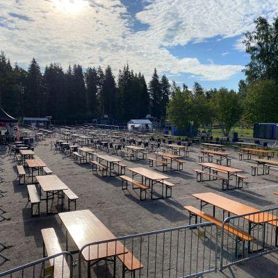 Festarialue täynnä pöytiä ja tuoleja.