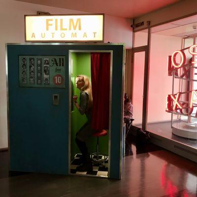 Katja Kallio Teeman elokuvafestivaalin kuvauskopissa Bio Rexissä.