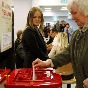 Nära 55 procent av väljarna deltog i lördagens parlamentsval