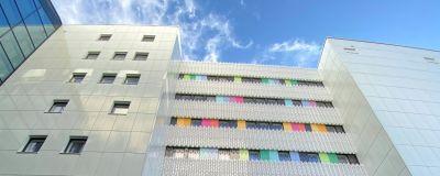 Fyrsjukhuset i Åbo har en färggrann fasad.