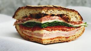 Voiko iltapalaksi syödä ruisleipää ja muita kysymyksiä Patrik Borgille. Kuvassa eväsleipä.