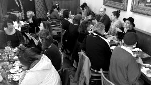 Svartvit bild på personer som äter frukost.