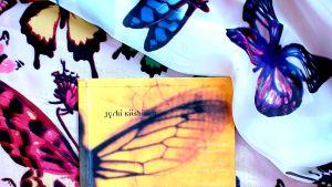 Jyrki Kiiskisen runoteos perhosaiheisella liinalla