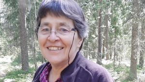 Kvinna i skogen