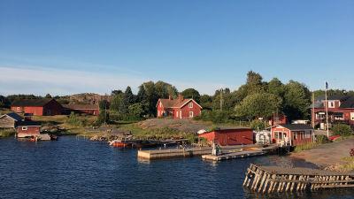 Vy över hamnen på Nötö.