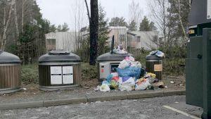 Överfull återvinningsstation.