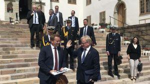 Peter Hultqvist hälsar på Antti Kaikkonen på trappan till Karlbergs slott.