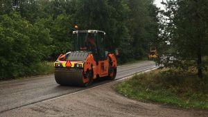 En tung maskin som plattar till asfalt.