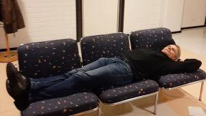 Näyttelijä Teijo Eloranta päiväunilla sohvalla.