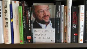 Böcker om den förra ägaren säljs i bokhandeln.