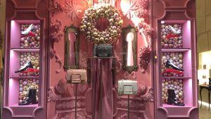 handväskor till salu i upplyst fantasifullt skyltfönster,