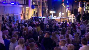 lapsia juhlimassa Lahden Sibeliustalossa