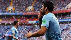 Luis Suarez firar 1–0-målet.