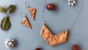 halsband och örhängen i trä från hakki design