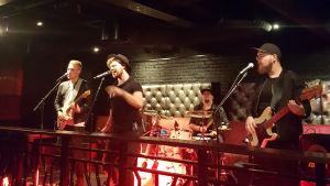 Bandet Sven uppträder energiskt på en bar i Borgå.