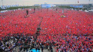 AKP-anhängare lyssnar på Erdogans tal i Istanbul den 17 juni 2018.