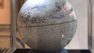 Månklot med autografer av dem som besökt månen, till salu på Sotheby´s