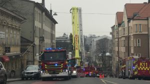 Brandbilar står på Kaskisbacken i centrum av Åbo.