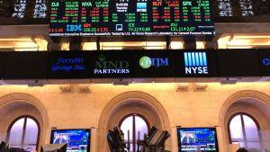 Det är högt i tak i börssalen bakom pelarna på Wall Street