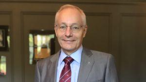 Sven Mattisson i kostym.