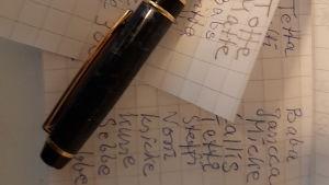 En penna och några lappar med smeknamn