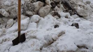 En spade i en snöhög i Sankt Petersburg