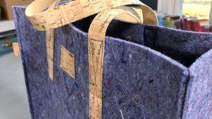 sydda detaljer av korktyg på en väska av lumpfilt