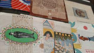 utslaget karamellpapper i vackra färger och motiv från början av 1900-talet
