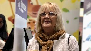 Svenskläraren Seija Westerholm poserar med läroboken På gång