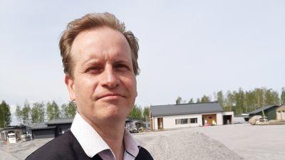 Juha-Pekka Lehmus, områdeschef för familjerna i Lojo är glad över det ökade intresset för staden i och med mässan.