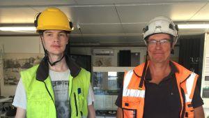 Arkeologerna Mikael Asplund till vänster och Kari Uotila till höger.