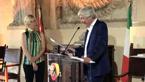 Goals-sarjan tuottaja Liisa Palmroth ottaa vastaan palkinnon jonka jakaa BBC:n pääjohtaja Tony Hall Prix Italian Awards Ceremonyssa.