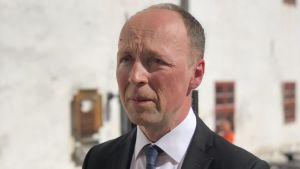 Jussi Halla-aho i sommarsol vid Åbo slott
