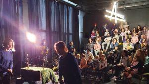 Skådespelarna Veronika Fomina och Natalia Levanova uppträder i Minsk med en dockteaterföreställning om Mammau Mu och Kråkan.